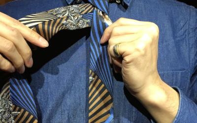 傷まないネクタイの外し方 <プレーンノットの場合>